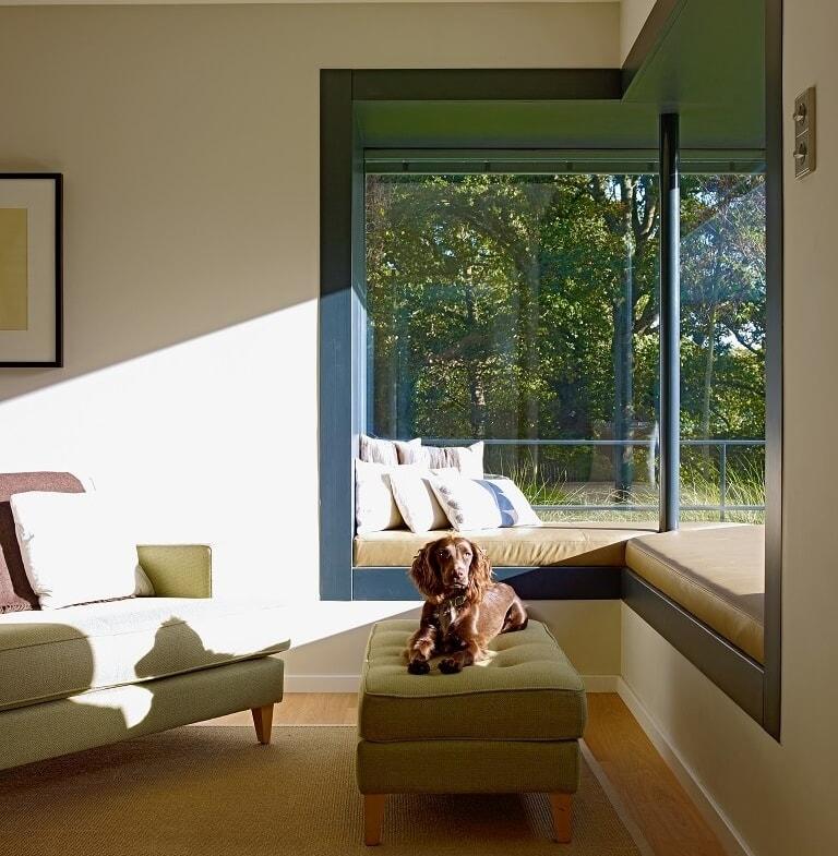 Eckfenster mit Sitzbank - Ideen Inneneinrichtung Luxus Design Haus Villa Fertighaus Crichton von Baufritz - HausbauDirekt.de