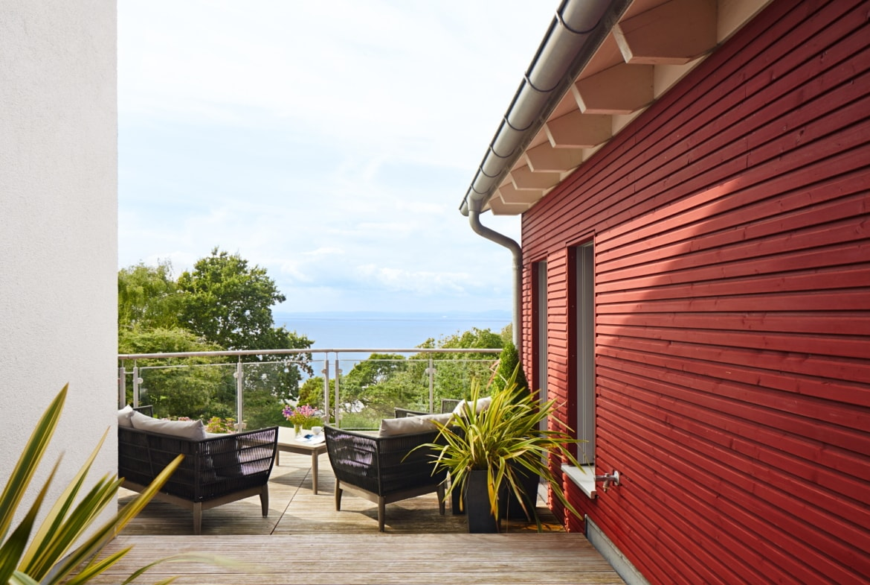 Dachterrasse mit Holz im Landhausstil - Inneneinrichtung Landhaus Villa Baufritz Fertighaus FORTESCUE - HausbauDirekt.de