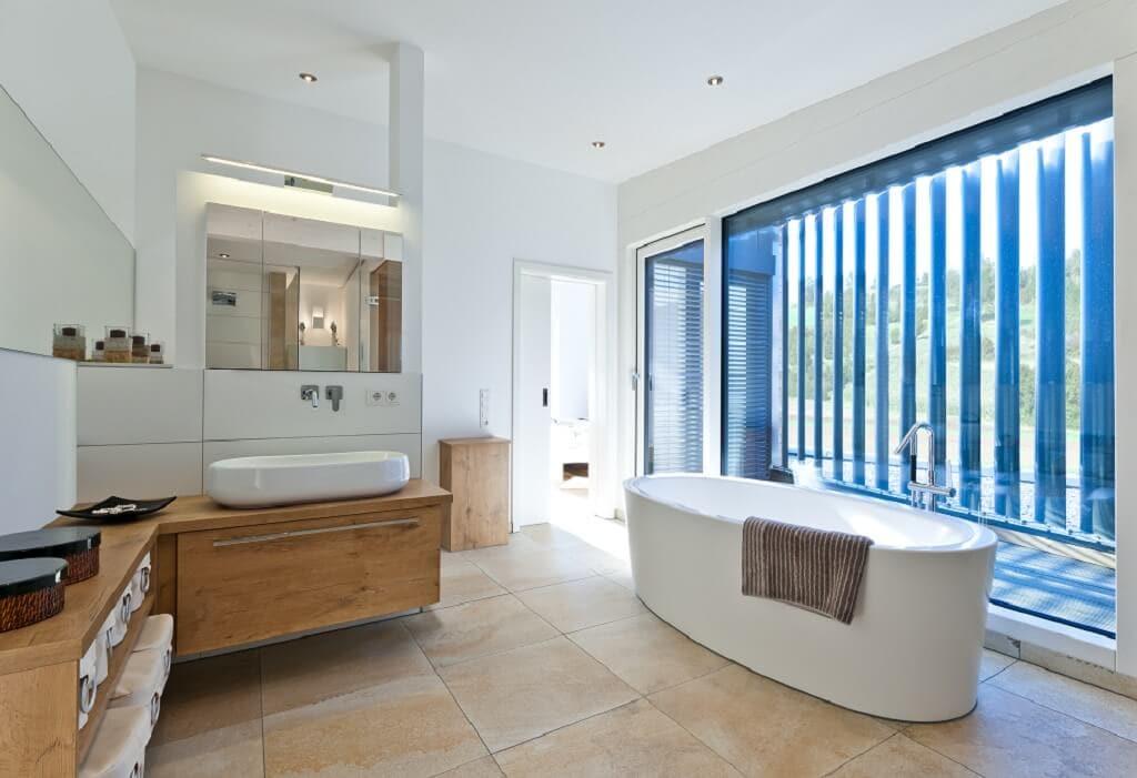 Badezimmer modern Möbel aus Holz mit freistehender Badewanne - Haus Design Ideen innen, Einfamilienhaus Inneneinrichtung - Designhaus Bullinger von Baufritz - HausbauDirekt.de