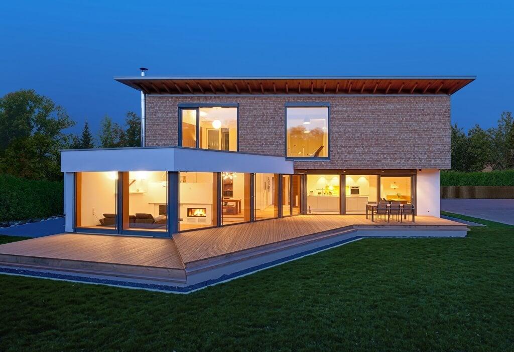 Fertighaus modern mit Garage, Holz Fassade & Pultdach bauen - Einfamilienhaus Designhaus Bullinger von Baufritz - HausbauDirekt.de