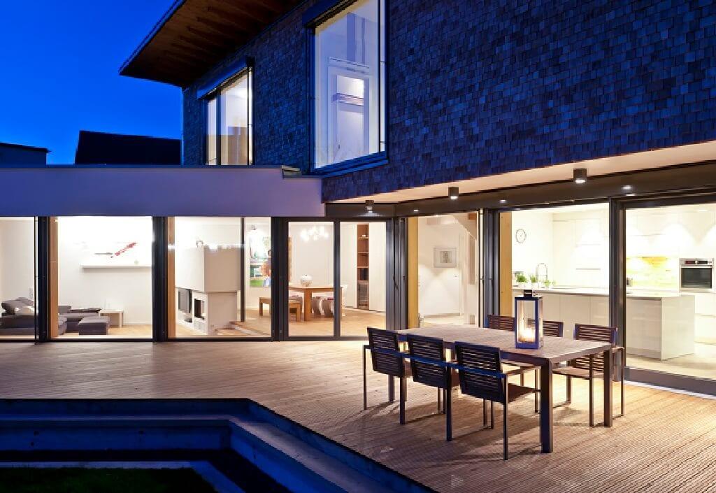 Einfamilienhaus modern mit grosser Terrasse, Holz Fassade & bodentiefe Fenster - Fertighaus Designhaus Bullinger von Baufritz - HausbauDirekt.de
