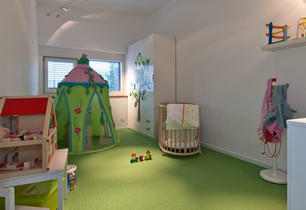 Kinderzimmer, Babyzimmer Mädchen in grün rosa gestalten - Haus Design Ideen innen, Einfamilienhaus Inneneinrichtung - Designhaus Bullinger von Baufritz - HausbauDirekt.de