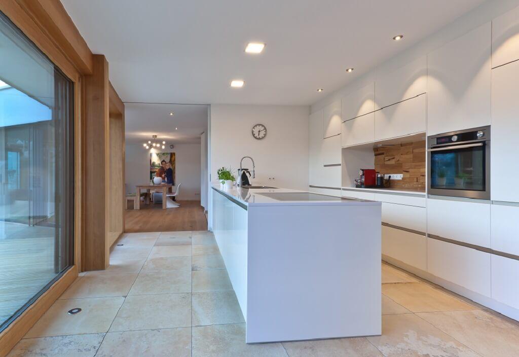 Moderne Küche offen weiss mit Kücheninsel - Haus Design Ideen innen, Einfamilienhaus Inneneinrichtung - Designhaus Bullinger von Baufritz - HausbauDirekt.de