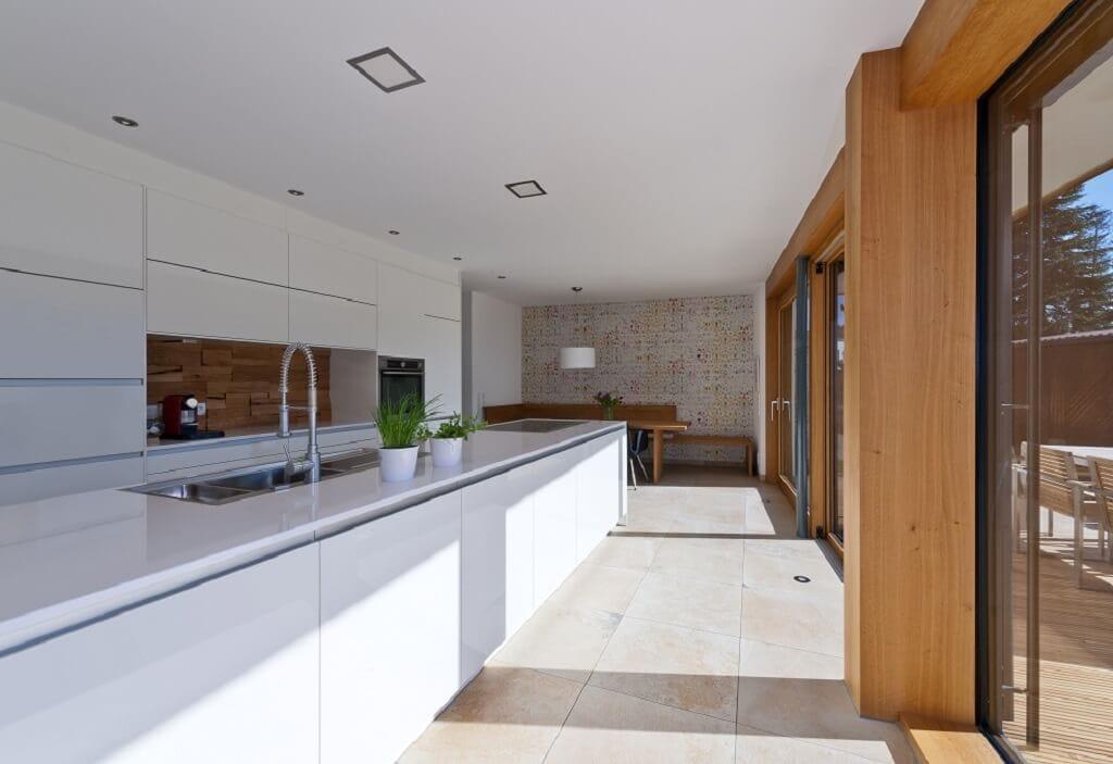 Offene Küche modern weiss mit Kücheninsel - Haus Design Ideen innen, Einfamilienhaus Inneneinrichtung - Designhaus Bullinger von Baufritz - HausbauDirekt.de