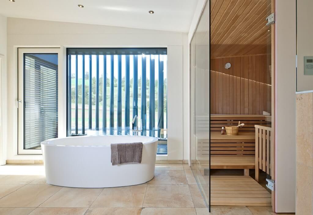 Badezimmer modern mit freistehender Badewanne & Sauna - Haus Design Ideen innen, Einfamilienhaus Inneneinrichtung - Designhaus Bullinger von Baufritz - HausbauDirekt.de