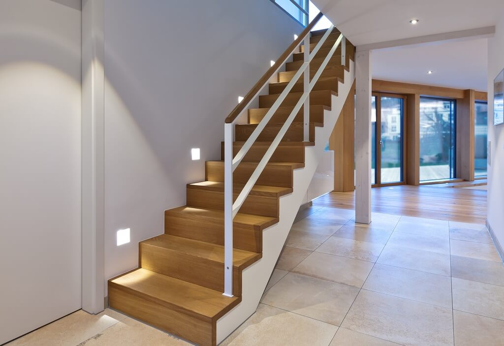 Gerade Treppe aus Holz - Haus Design Ideen innen, Einfamilienhaus Innentreppe - Designhaus Bullinger von Baufritz - HausbauDirekt.de