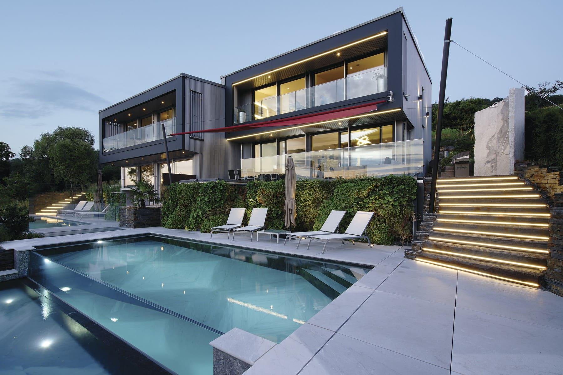 Doppelhaus Villa modern in Hanglage mit Flachdach & Pool Terrasse - WeberHaus Fertighaus - HausbauDirekt.de