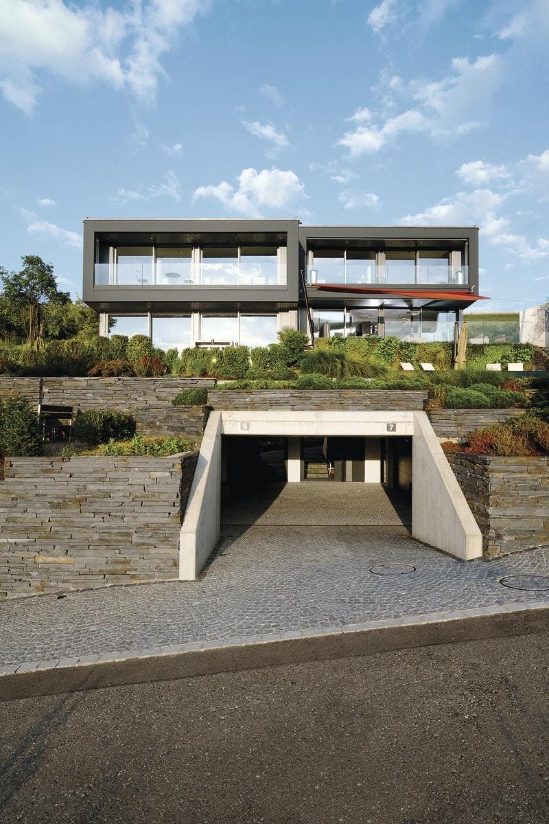 Doppelhaus modern am Hang mit Tiefgarage & Flachdach im Bauhausstil bauen - WeberHaus Fertighaus - HausbauDirekt.de
