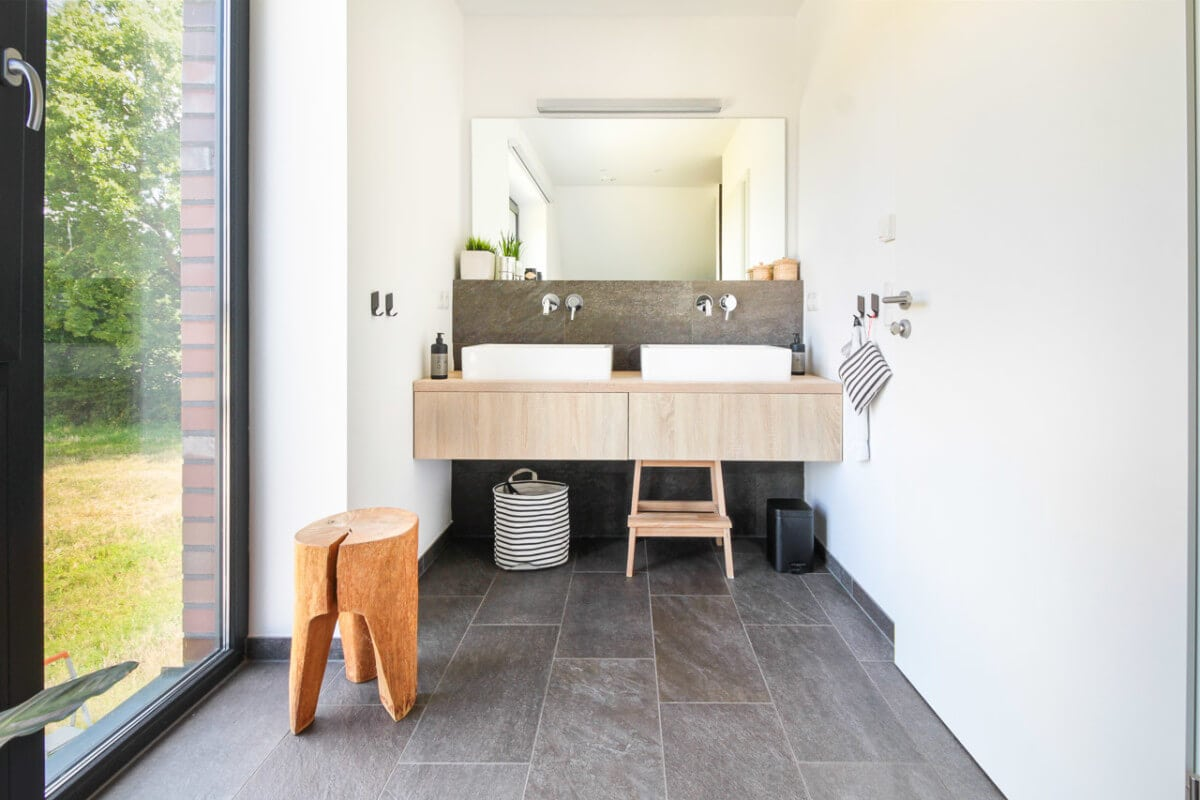 Doppelwaschtisch mit Holz - Badezimmer Inneneinrichtung Haus Design Ideen innen Massivhaus Vario-Haus 160 von ECO System HAUS - HausbauDirekt.de