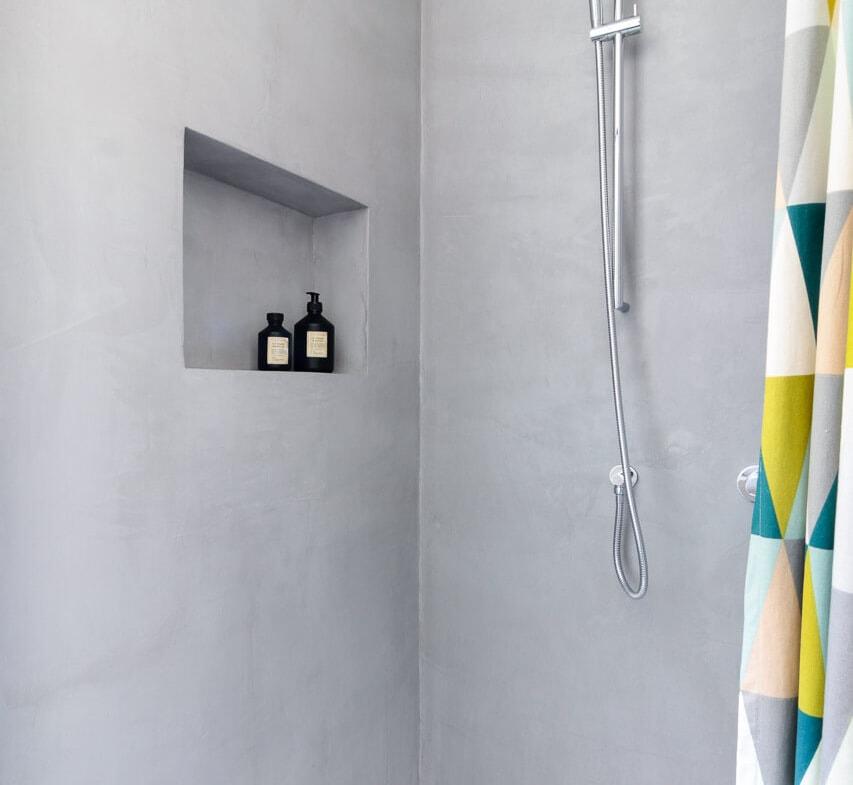Bodengleiche Dusche massiv gemauert aus Beton grau - Inneneinrichtung Haus Design Ideen innen Massivhaus Vario-Haus 160 von ECO System HAUS - HausbauDirekt.de
