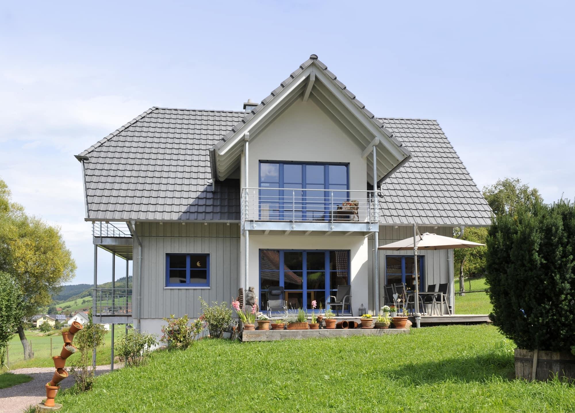 Einfamilienhaus am Hang - Holzhaus im Landhaus Stil - Frammelsberger Haus - Mehr Haus Ideen und Grundrisse auf HausbauDirekt.de