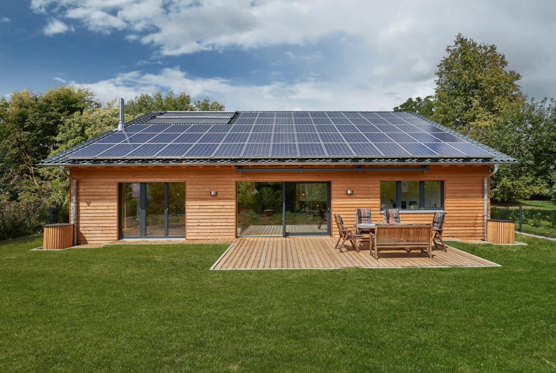 Barrierefreies Haus mit Garage, Satteldach & Holz Fassade - Holzhaus ökologisch bauen Ideen Einfamilienhaus Baufritz Haus SCHWEIGER - HausbauDirekt.de