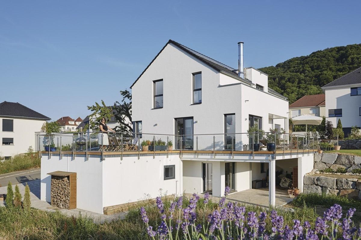Modernes Haus in Hanglage mit Einliegerwohnung & Satteldach - Einfamilienhaus bauen Design Ideen WeberHaus Fertighaus Sunshine 310 - HausbauDirekt.de
