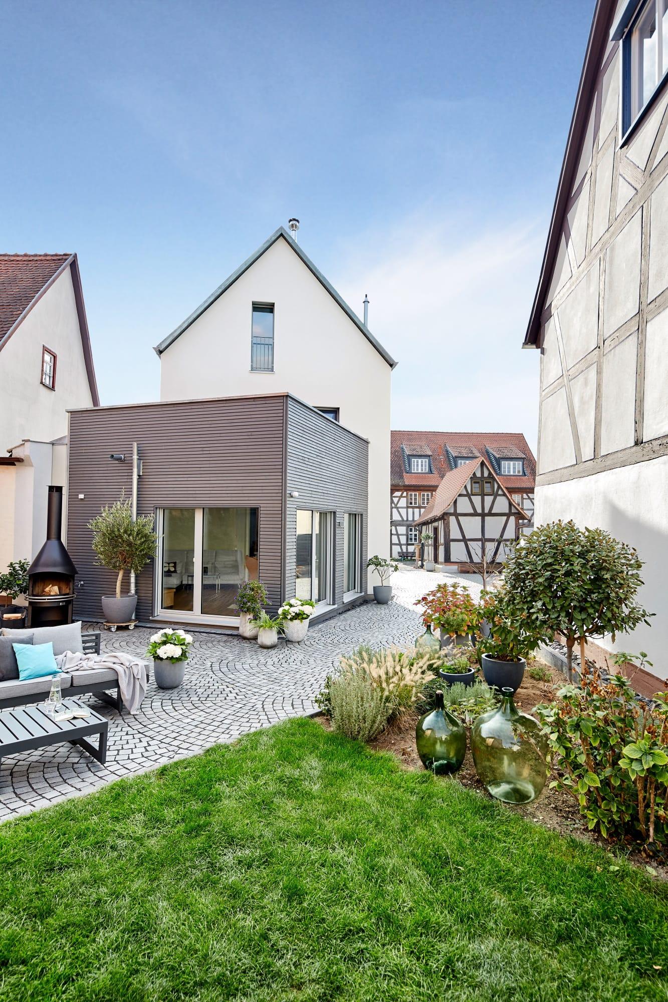 Modernes Einfamilienhaus mit Satteldach Architektur, Erker Anbau mit Holz Putz Fassade - Fertighaus bauen Ideen ökologisches Baufritz Haus STADTHAUS EHRMANN - HausbauDirekt.de