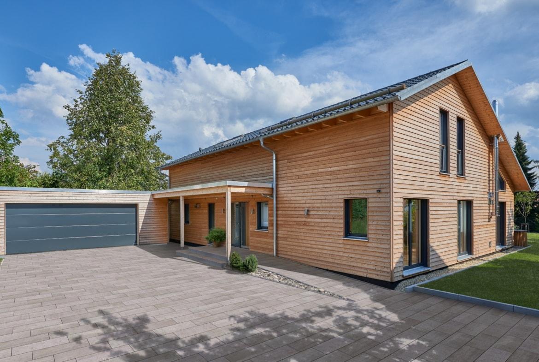 Modernes Einfamilienhaus mit Garage, Satteldach & Holz Fassade, barrierefrei gestaltet - Holzhaus ökologisch bauen Ideen Baufritz Haus SCHWEIGER - HausbauDirekt.de