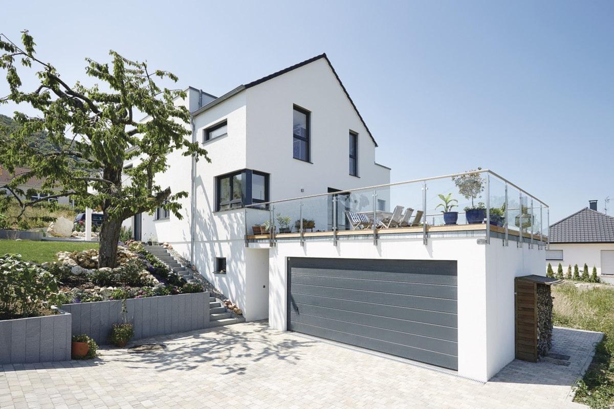 Einfamilienhaus in Hanglage mit Garage, Einliegerwohnung & Satteldach - Haus bauen Design Ideen WeberHaus Fertighaus Sunshine 310 - HausbauDirekt.de