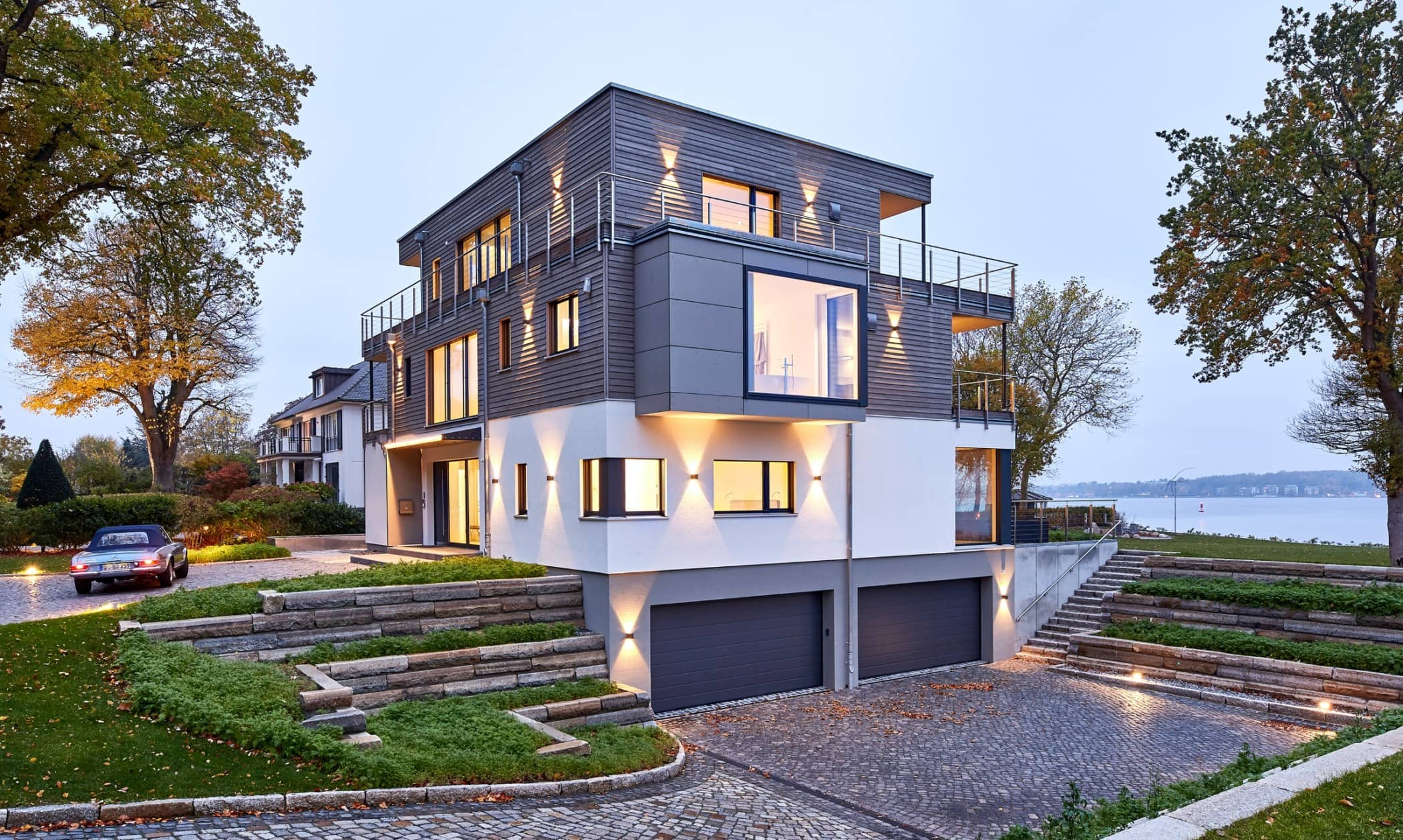 Einfamilienhaus Neubau modern im Bauhausstil mit Flachdach Architektur & Holz Putz Fassade - Haus bauen Ideen BAUFRITZ Architektenhaus MEHRBLICK - HausbauDirekt.de