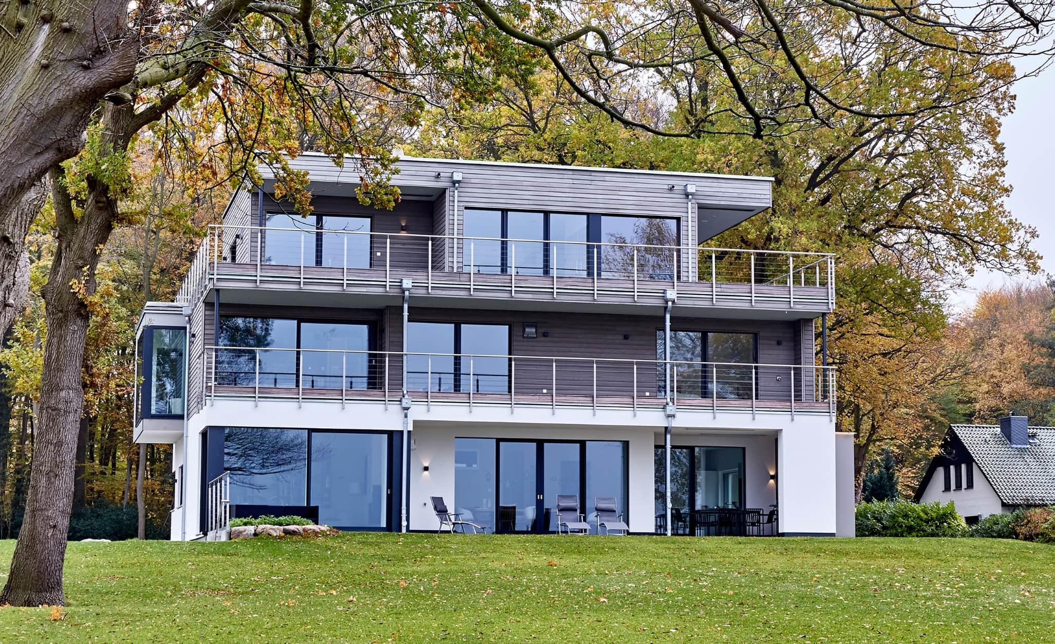 Bauhaus Stadtvilla Neubau modern mit Flachdach & Holz Putz Fassade - Haus bauen Ideen BAUFRITZ Architektenhaus MEHRBLICK - HausbauDirekt.de