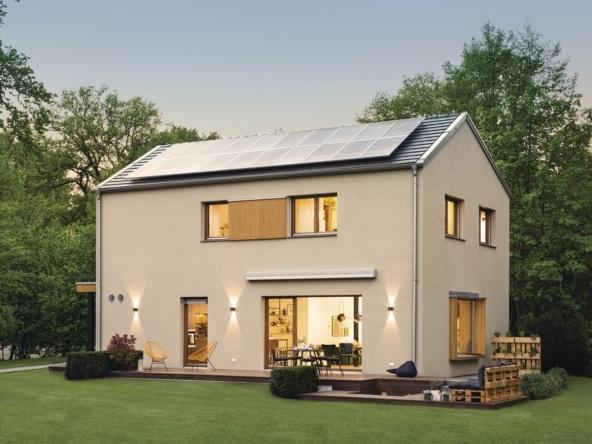 Einfamilienhaus Neubau modern mit Satteldach ohne Dachüberstand bauen - Haus Design Ideen Fertighaus Sunshine 220 WeberHaus - HausbauDirekt.de