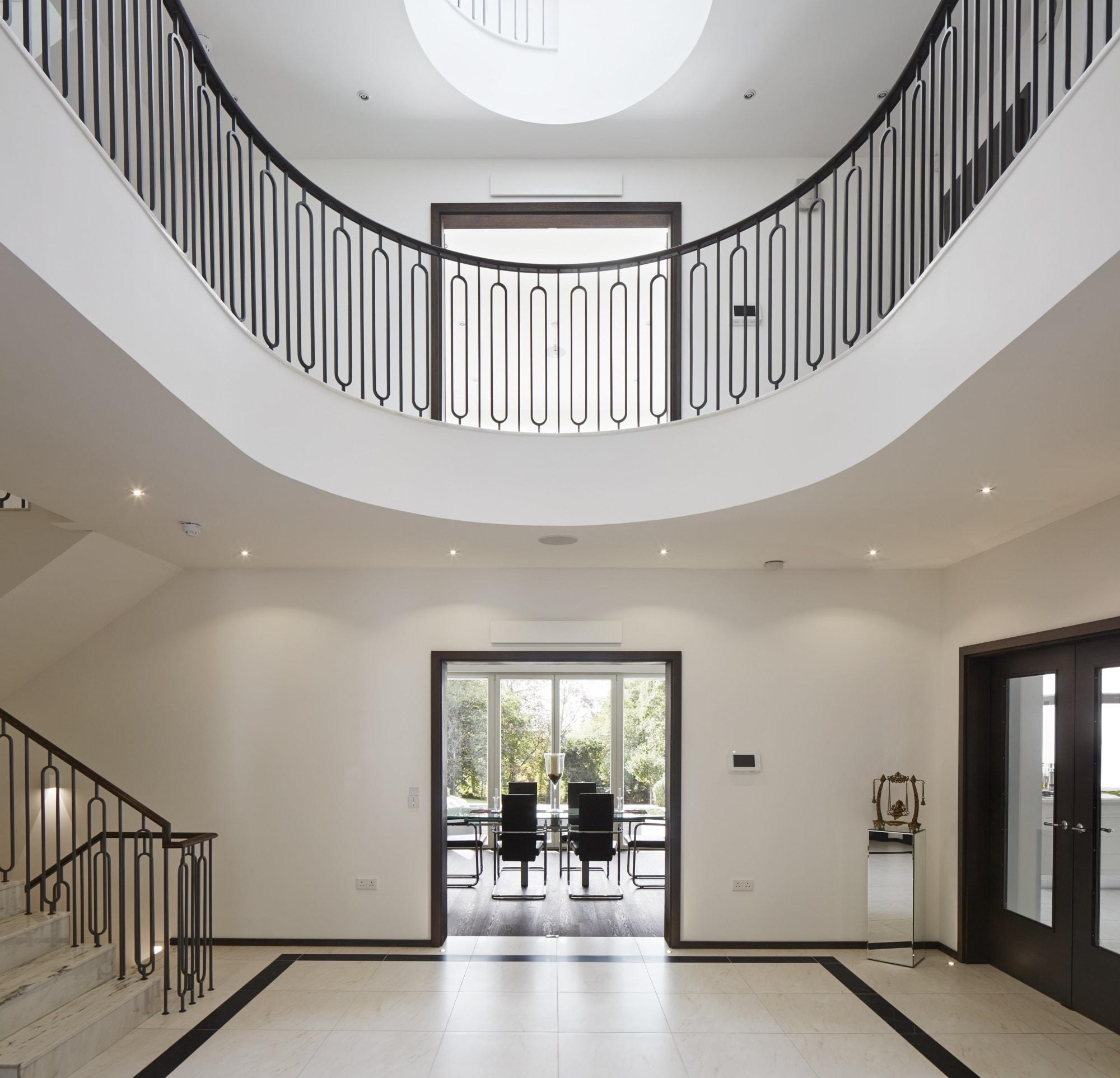 Eingang mit Luxus Treppenhaus, Galerie & Oberlicht - Haus Design Inneneinrichtung Luxus Villa ATHERTON von Baufritz - HausbauDirekt.de