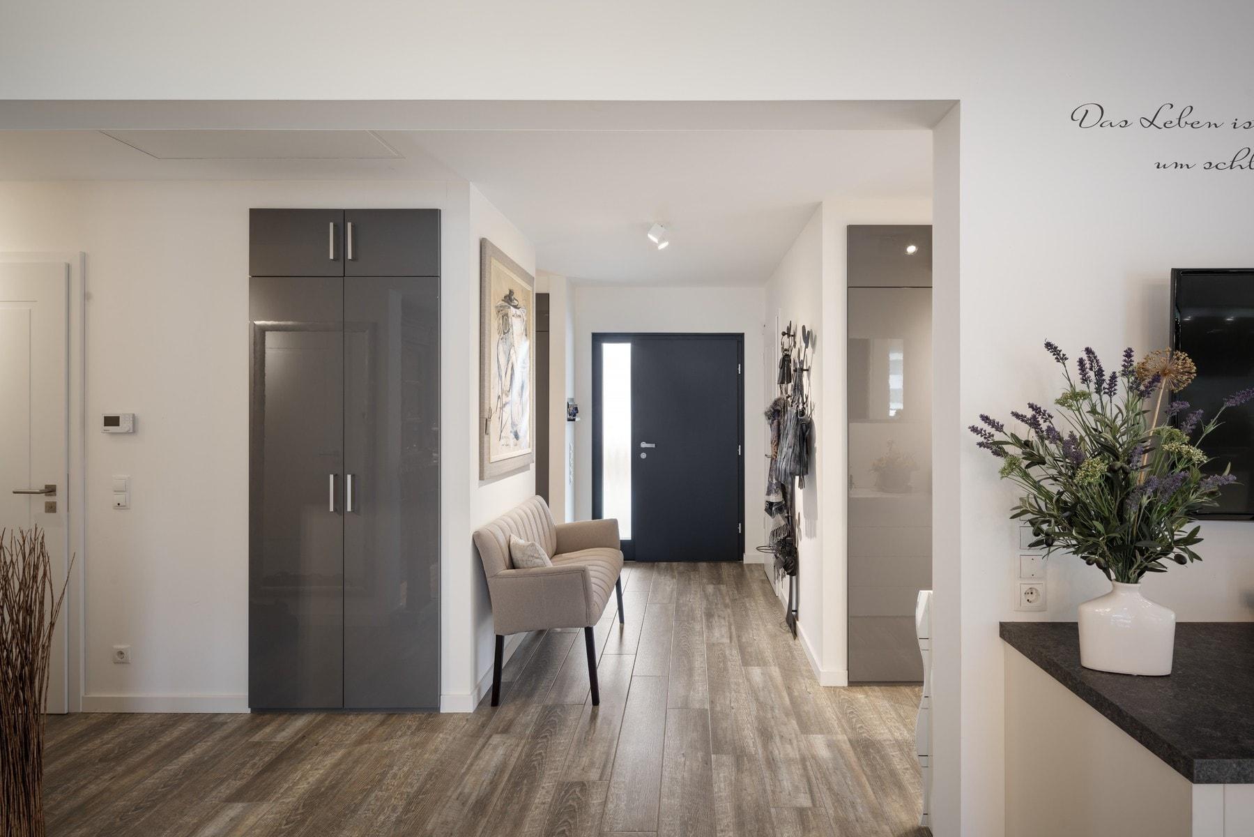 Eingangsbereich mit Garderobe - Inneneinrichtung Haus Design Ideen innen - Fertighaus Bungalow WeberHaus - HausbauDirekt.de