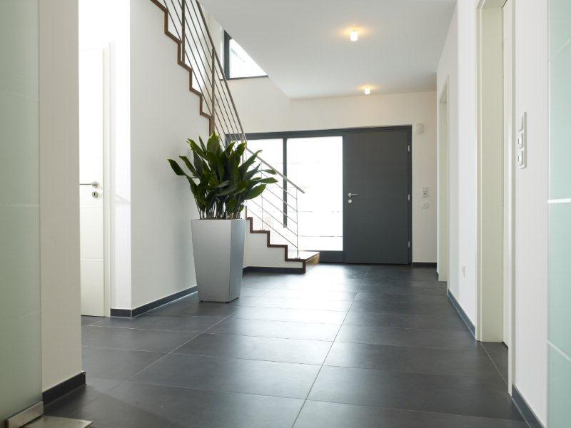 Eingangsbereich mit Treppe - Inneneinrichtung Ideen Fertighaus Stadtvilla La Finca von GUSSEK HAUS - HausbauDirekt.de