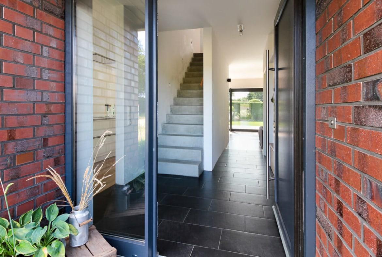 Eingangstür mit Glas & Flur mit Treppe - Architektur Detail Haus Design Ideen Massivhaus Vario-Haus 160 von ECO System HAUS - HausbauDirekt.de