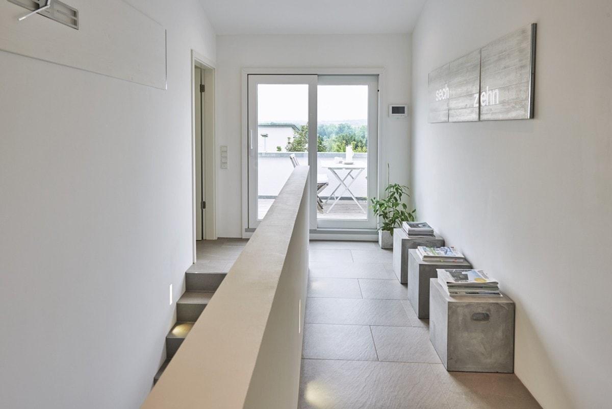 Treppe mit Galerie - - Fertighaus Design Ideen Inneneinrichtung Modernes Pultdach Haus von WeberHaus - HausbauDirekt.de