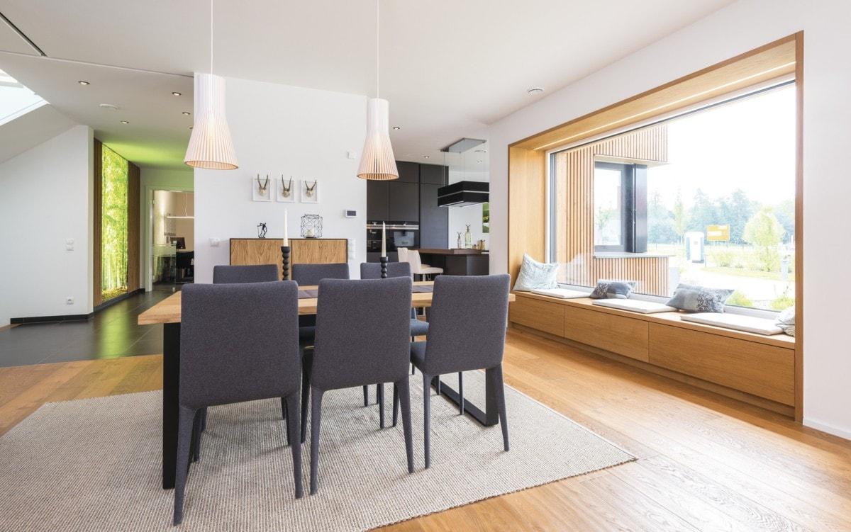 Esszimmer mit großer Fensterbank zum Sitzen - Inneneinrichtung Ideen WeberHaus Stadtvilla Guenzburg - HausbauDirekt.de