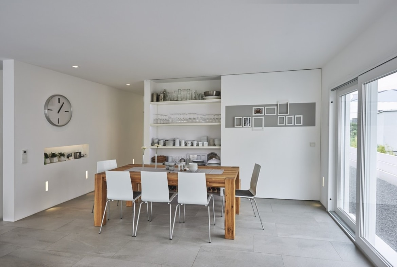 Esszimmer mit grossem Esstisch aus Holz - Fertighaus Design Ideen Inneneinrichtung Modernes Pultdach Haus von WeberHaus - HausbauDirekt.de