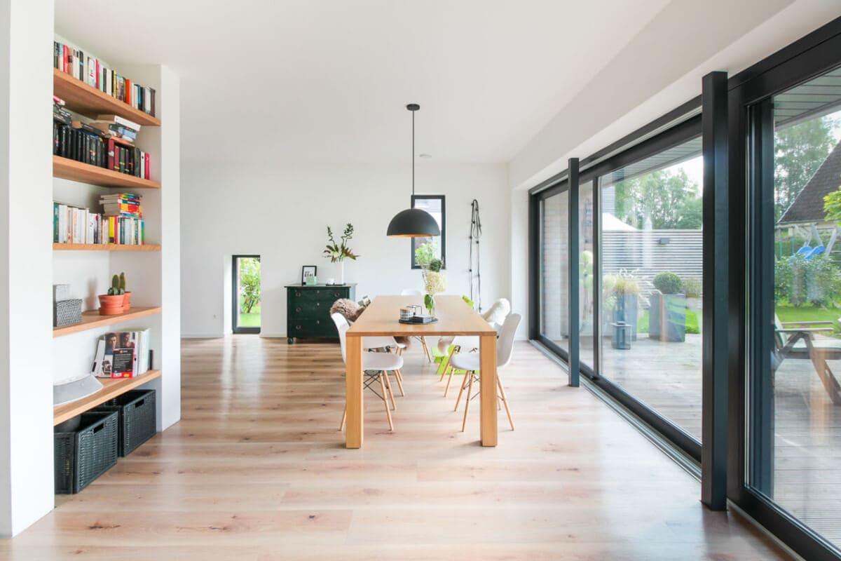 Offenes Esszimmer - Inneneinrichtung Haus Design Ideen innen Massivhaus Vario-Haus 160 von ECO System HAUS - HausbauDirekt.de