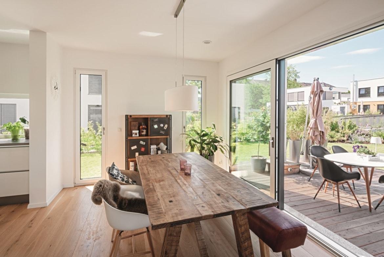Esstisch modern rustikal mit Holz - Haus Design Ideen innen Einfamilienhaus Fertighaus Lichtdurchfluteter Kubus von WeberHaus - HausbauDirekt.de