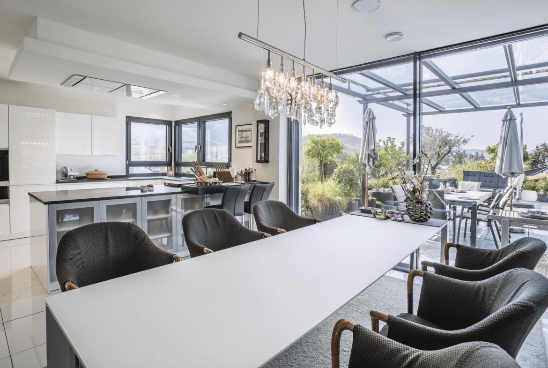 Offenes Esszimmer mit Küche & Terrasse - Inneneinrichtung Luxus Haus Design Ideen innen WeberHaus Fertighaus - HausbauDirekt.de