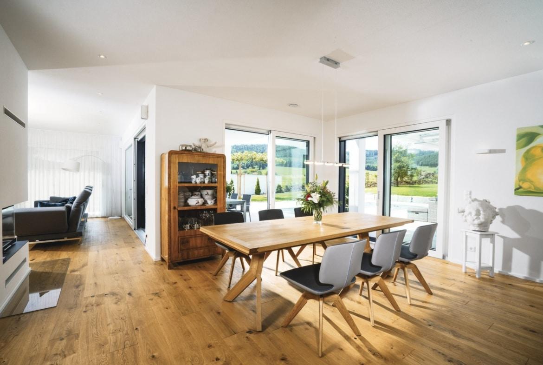 Esszimmer Inneneinrichtung modern mit Holz - Haus Design Ideen innen Bauhaus Villa WeberHaus Fertighaus - HausbauDirekt.de