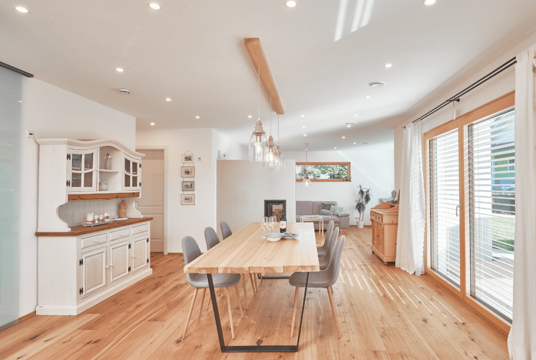 Esszimmer modern im Landhausstil mit Holz & Kamin als Raumteiler - Haus Design Ideen innen Modernes Landhaus WeberHaus Fertighaus - HausbauDirekt.de