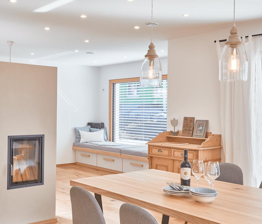 Esszimmer im modernen Landhausstil mit Kamin - Haus Design Ideen innen Modernes Landhaus WeberHaus Fertighaus - HausbauDirekt.de