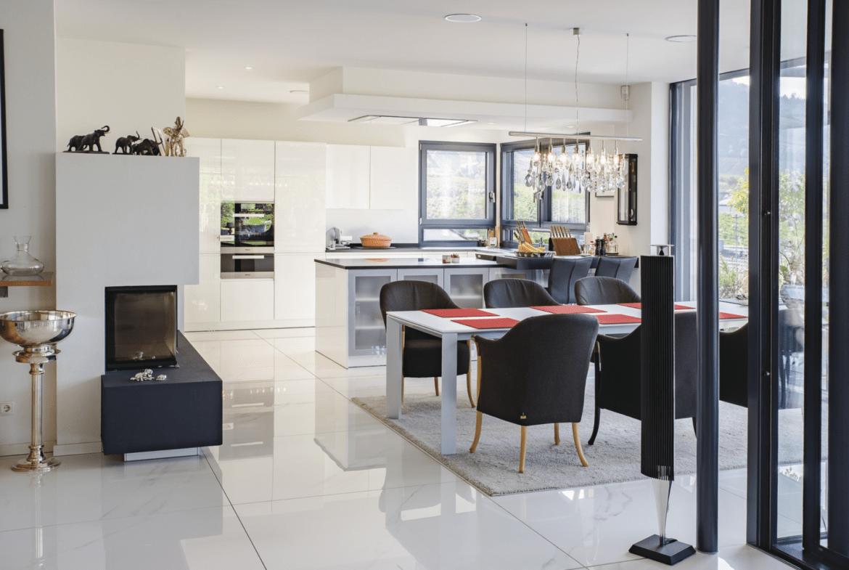 Offenes Esszimmer mit Küche - Inneneinrichtung Luxus Haus Design Ideen innen WeberHaus Fertighaus - HausbauDirekt.de