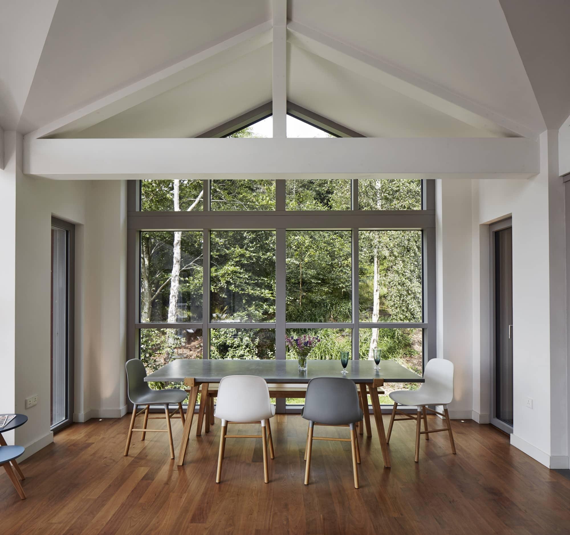 Esszimmer modern im Landhausstil - Inneneinrichtung Landhaus Villa Baufritz Fertighaus FORTESCUE - HausbauDirekt.de