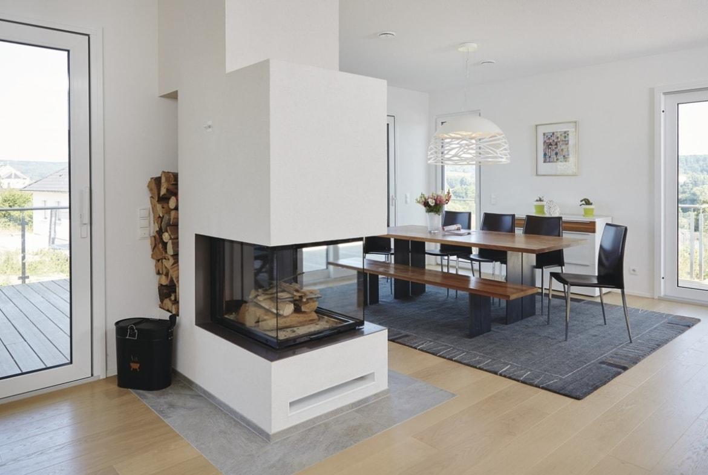 Esszimmer mit Kamin als Raumteiler - Inneneinrichtung Haus bauen Design Ideen innen WeberHaus Fertighaus Sunshine 310 - HausbauDirekt.de