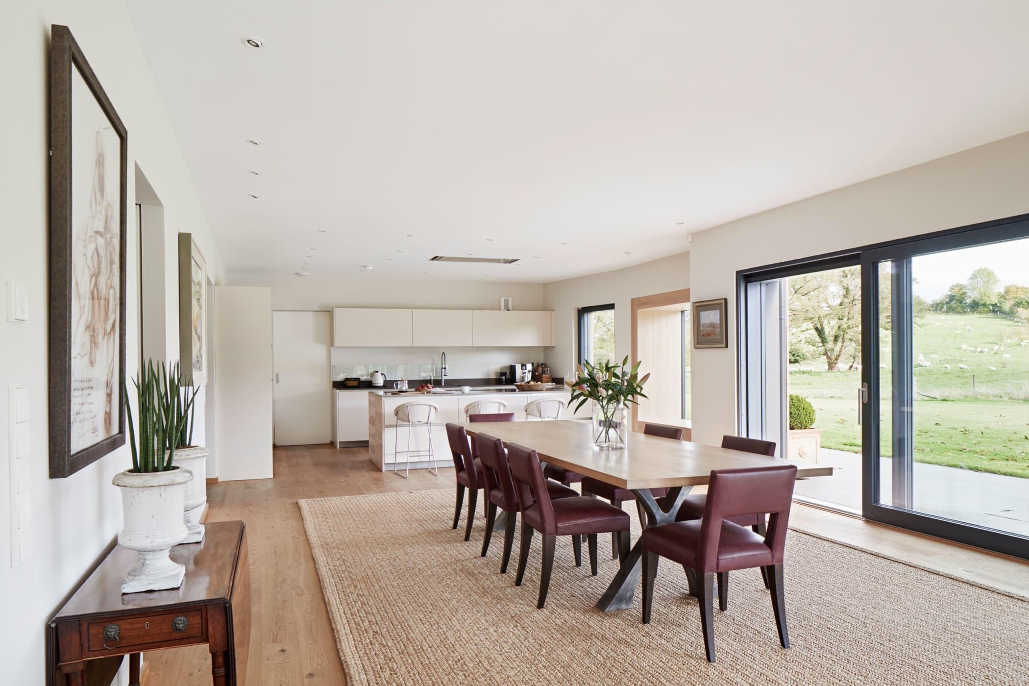 Offenes Esszimmer mit Küche - Inneneinrichtung Haus Design Ideen innen Baufritz Landhaus LLOYD WEBBER - HausbauDirekt.de
