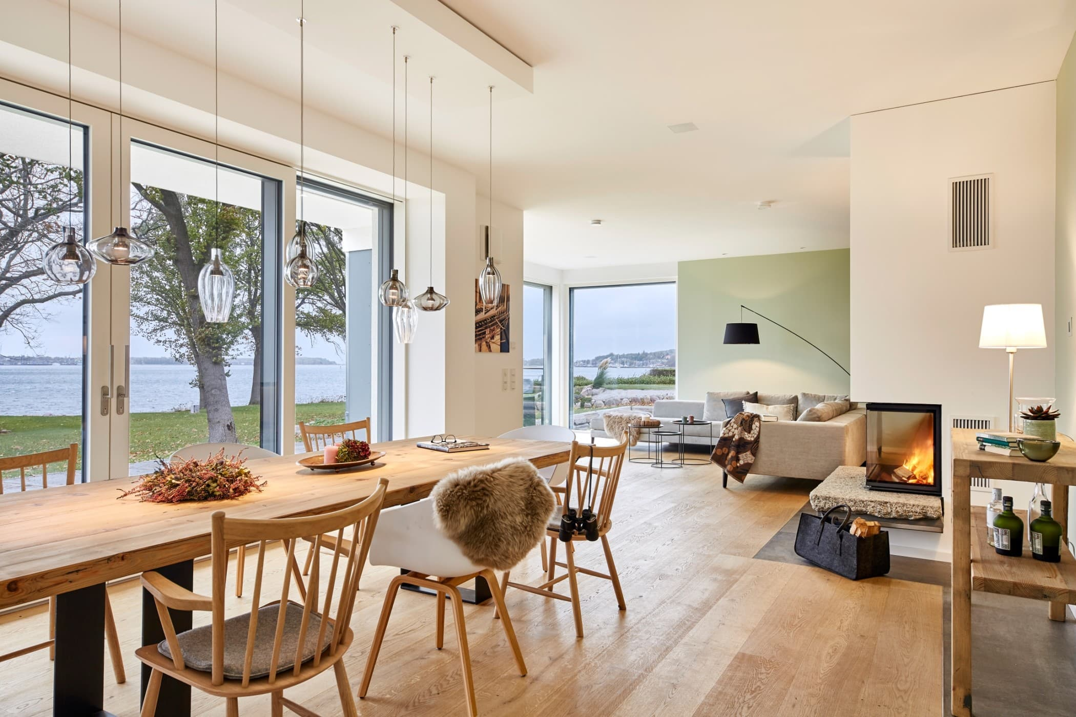 Wohn- Esszimmer modern offen mit Holztisch & Kamin - Wohnideen Haus Inneneinrichtung BAUFRITZ Architektenhaus MEHRBLICK - HausbauDirekt.de