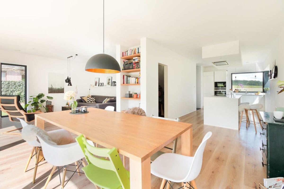 Offene Küche & Esszimmer mit grossem Esstisch aus Holz - Inneneinrichtung Haus Design Ideen innen Massivhaus Vario-Haus 160 von ECO System HAUS - HausbauDirekt.de