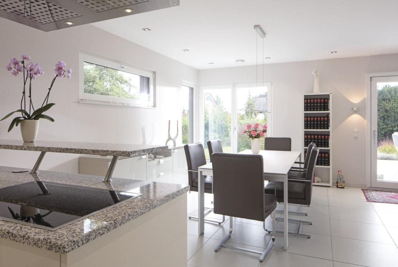 Offenes Esszimmer mit Küche - Stadtvilla Inneneinrichtung Haus Ideen Fertighaus CityLife WeberHaus - HausbauDirekt.de