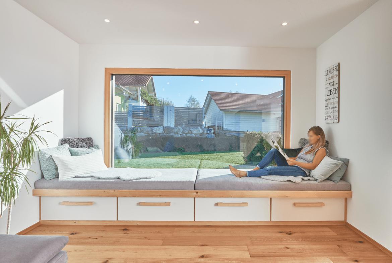 Erker Fenster mit Sitzgelegenheit - Inneneinrichtung Haus Design Ideen innen Modernes Landhaus WeberHaus Fertighaus - HausbauDirekt.de