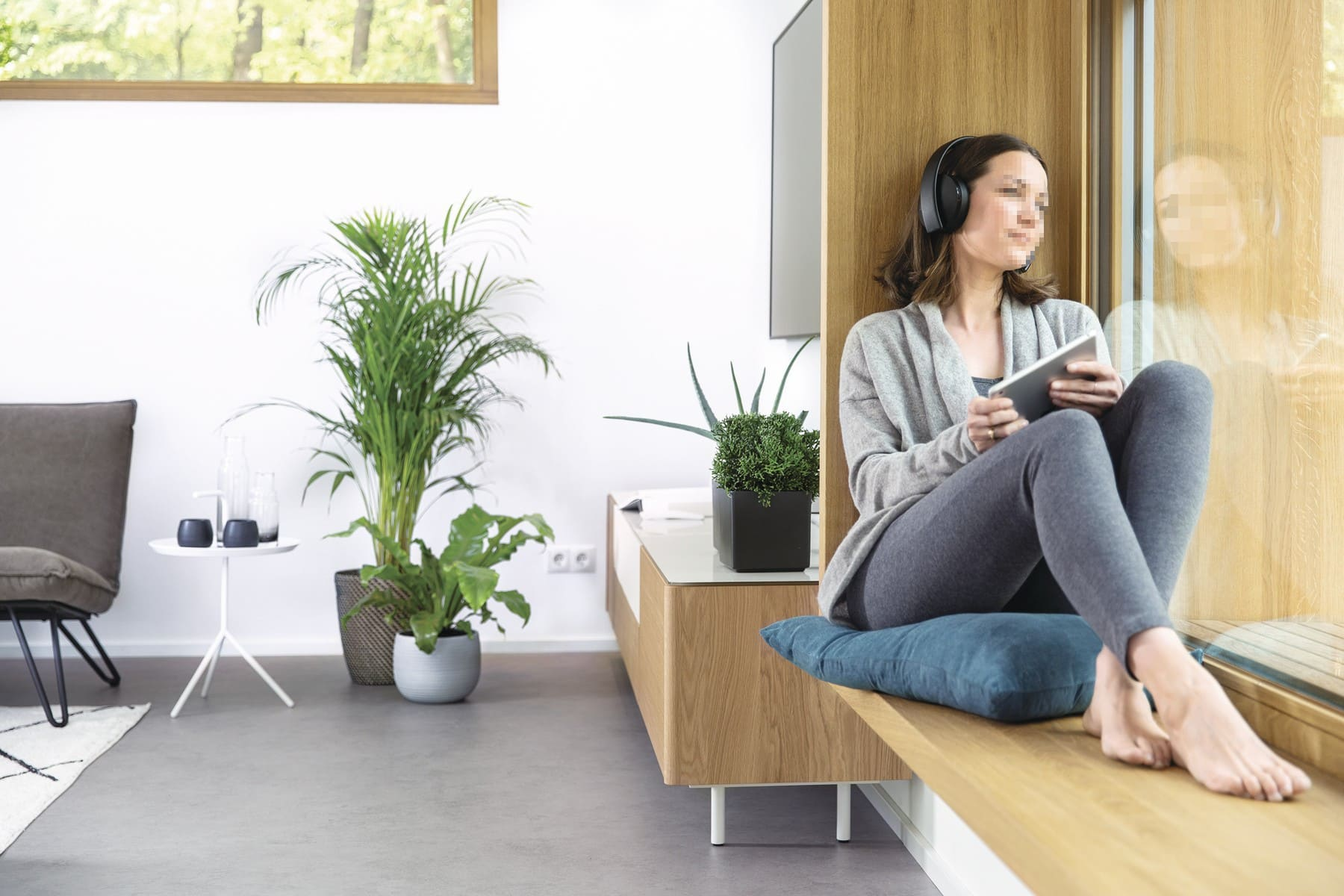 Fensterbank aus Holz mit Sitzgelegenheit - Inneneinrichtung Haus Design Ideen - Fertighaus Sunshine 220 WeberHaus - HausbauDirekt.de