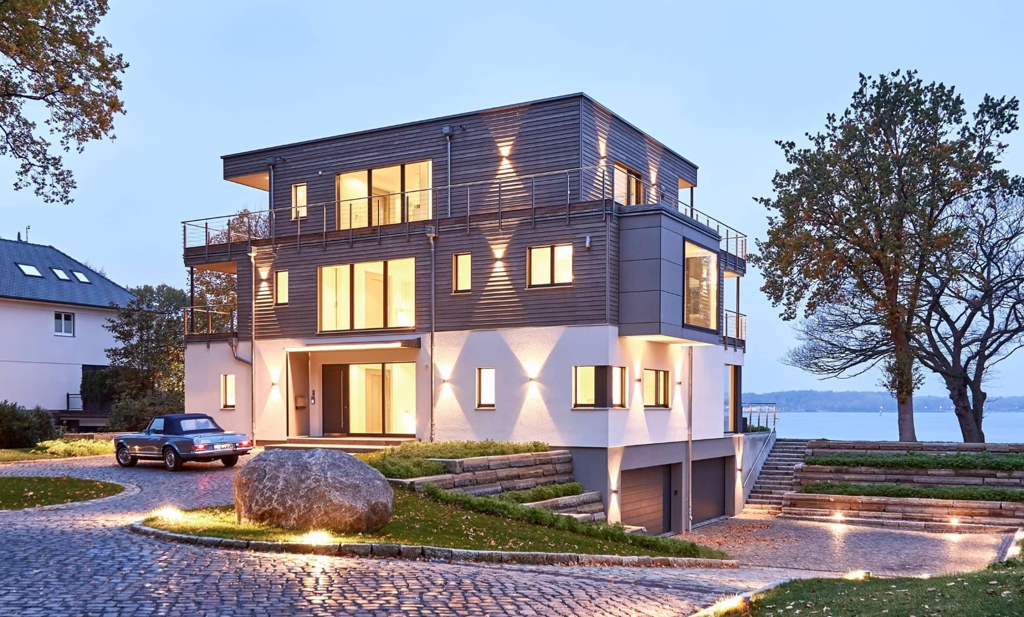 Fertighaus modern mit Holz Fassade & Flachdach Architektur im Bauhausstil - Haus bauen Ideen BAUFRITZ Architektenhaus MEHRBLICK - HausbauDirekt.de