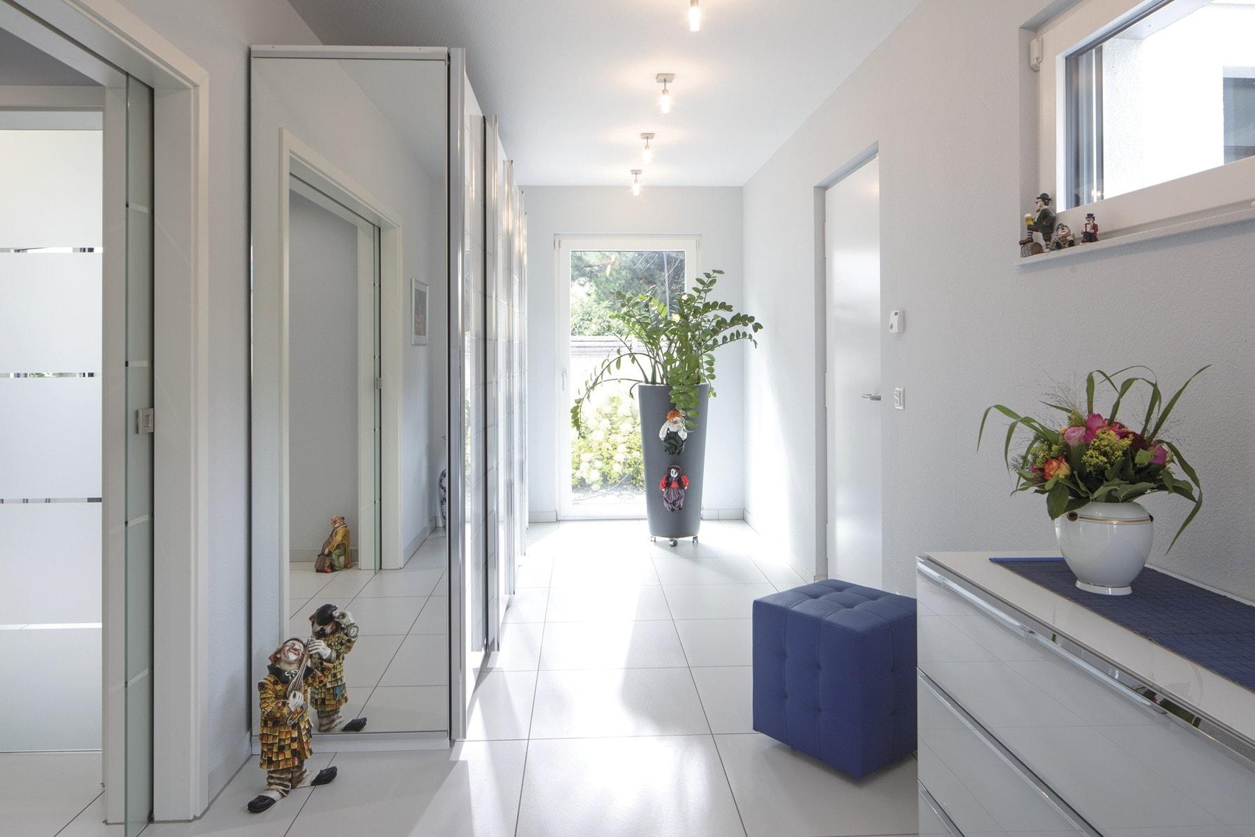 Flur mit weißen Fliesen - Stadtvilla Inneneinrichtung Haus Ideen Fertighaus CityLife WeberHaus - HausbauDirekt.de