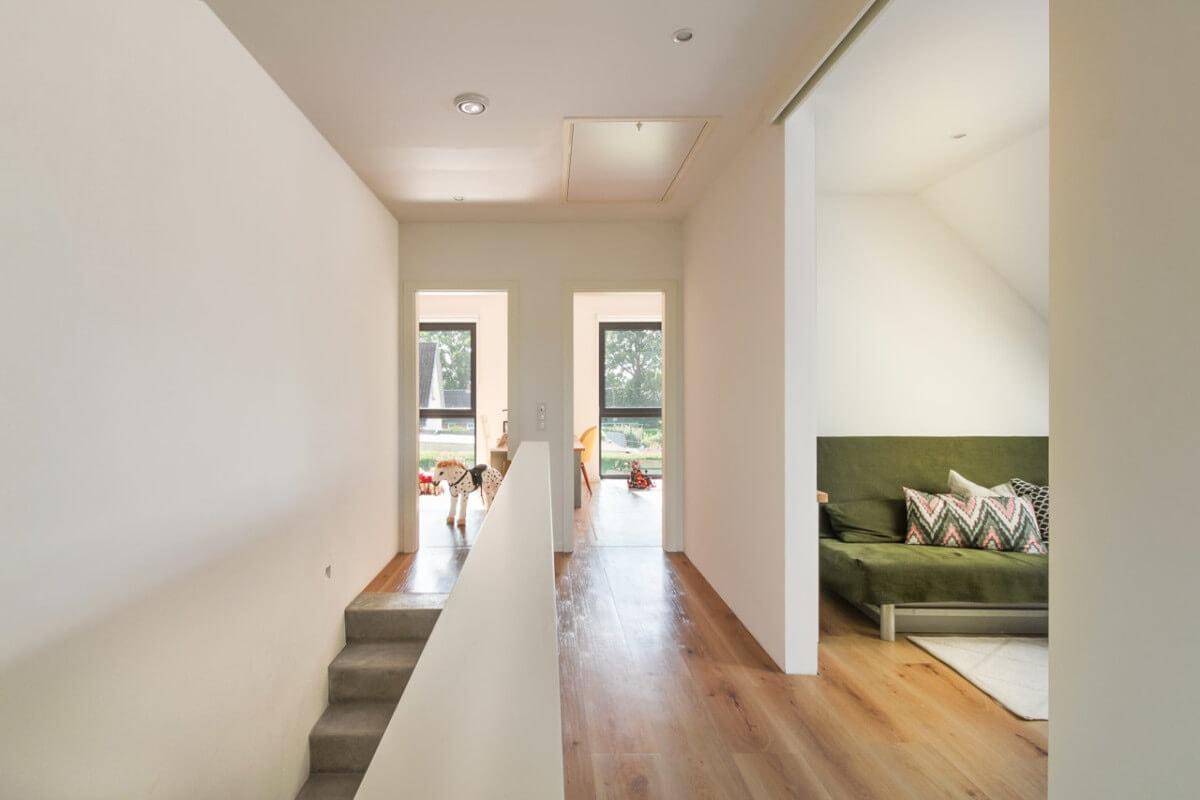 Flur im Obergeschoss - Inneneinrichtung Haus Design Ideen innen Massivhaus Vario-Haus 160 von ECO System HAUS - HausbauDirekt.de