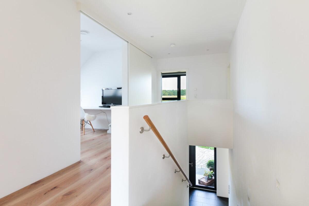 Flur & Treppe im OG - Inneneinrichtung Haus Design Ideen innen Massivhaus Vario-Haus 160 von ECO System HAUS - HausbauDirekt.de