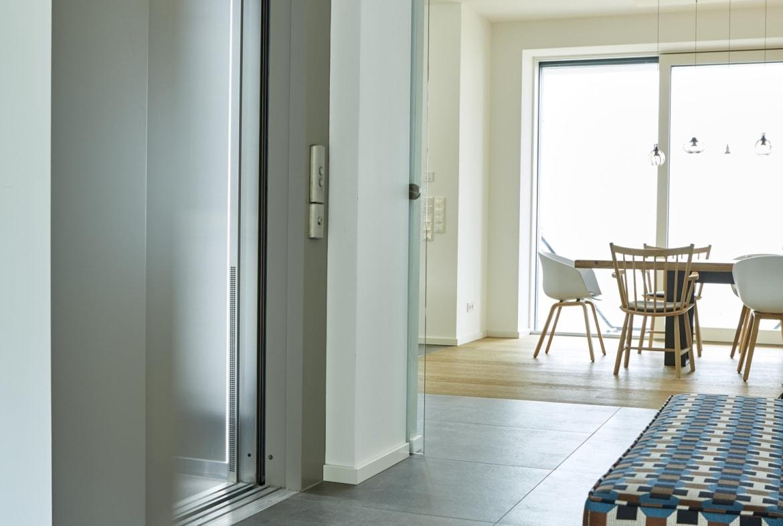 Flur mit Aufzug - Wohnideen Interior Design Haus Inneneinrichtung BAUFRITZ Architektenhaus MEHRBLICK - HausbauDirekt.de